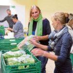 Mithelfen beim Sortieren von Lebensmitteln, bevor die Ware ins Regal kommt - zu Besuch im Brettener Tafelladen, am 9. Oktober 2017. Foto: gh