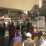 Die burundischen Künstler fordern die Gäste der Ausstellungseröffnung der Wanderausstellung Amahoro Burundi der Stiftung Entwicklungszusammenarbeit Baden-Württemberg (SEZ) am 13. Dezember 2017 im Rathaus Bretten zum Tanzen zu burundischen Trommelklängen und Gesängen auf.