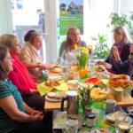 Beim Frühstück im Wahlkreisbüro in Bretten zum Thema 100 Jahre Frauenwahlrecht mit Frauen aus verschiedenen Generationen