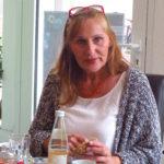Andrea Schwarz MdL unterhält sich angeregt mit den Teilnehmerinnen des Frauenfrühstücks.