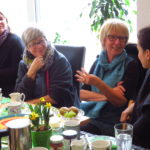 Frauen aus verschiedenen Generationen diskutieren angeregt über den Stand der Frau in unserer heutigen Gesellschaft beim Frauenfrühstück im Wahlkreisbüro von Andrea Schwarz MdL.