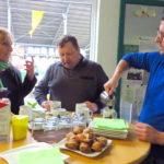 Angeregt unterhält sich Andrea Schwarz MdL mit Günther und Jochen Frank von der Frank Landwirtschaft und GmbH, welche sie im Rahmen ihres Gemeindetags in Kraichtal besichtigte.