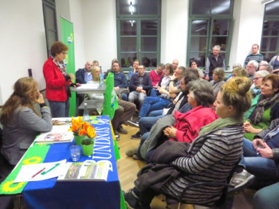 """""""Mehr biologische Vielfalt"""" möchten die Landtagsabgeordnete des Wahlkreises Bretten Andrea Schwarz und die von ihr eingeladene Europa-Abgeordnete der Grünen, Maria Heubuch. Wie das umgesetzt werden kann, darüber wurde im voll besetzten Forum Oberderdingen lebhaft diskutiert. Foto: Laura Paffrath"""