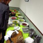 Ein leckeres Buffet, gerichtet vom Restaurant Herbingers, mit vegetarischen Häppchen, Brot, Brotaufstrichen, Salaten und Hefezopf stand für die Besucher vor und nach dem offiziellen Teil der Veranstaltung bereit. Foto: LP