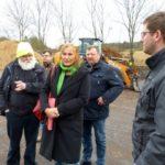 Andrea Schwarz MdL lässt sich von den Franks und Mitarbeiter das Betriebsgelände der Frank GmbH zeigen und die Herstellung von Kompost erklären.