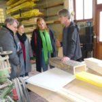 Gemeindetag Kraichtal, Besuch des Holzverarbeitenden Unternehmens KAWE GmbH: Karl-Heinz Kempf, Geschäftsführer der KAWE GmbH, erläutert das Verfahren des Digitaldrucks auf Holz.