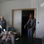 Andrea Schwarz MdL im Gespräch mit den ehrenamtlichen MItarbeitern des Tafelladens Linkenheim-Hochstetten über ihre Arbeit dort.