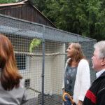 Andrea Schwarz MdL mit Bürgermeisterin Ute Göbelbecker und dem 1.Vorsitzenden Rudi Roth am Gehege der sprechenden Papapgeien