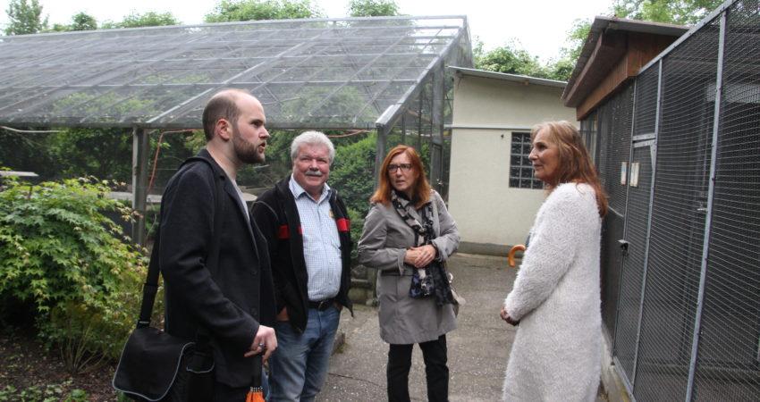 Max Hansen und der 1. Vorsitzende Rudi Roth berichten Bürgermeisterin Ute Göbelbecker und Landtagsabgeordneten Andrea Schwarz von der Arbeit im Vogelpark (v.l.n.r.)