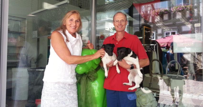 Andrea Schwarz MdL und Mandfred Mößner, kommissarischer Vorsitzender des Brettener Tierschutzvereines, seine beiden Hunde Eboni und Peaches, sowie das grasgrünen Brettener Hundle, Maskottchen der Stadt Bretten.