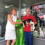 Andrea Schwarz MdL mit dem kommissarischen Vorsitzenden des Brettener Tierschutzvereines Manfred Mößner, seinen beiden Hunden sowie dem grasgrünen Brettener Hundle, Maskottchen der Stadt Bretten.