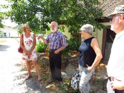 Michael Heedfeld, 1. Vorsitzender des Vereins Freunde der Waldmühle e.V., berichtete Andrea Schwarz Mdl (ganz links) und weiteren interessierten Teilnehmerinnen und Teilnehmern der Führung über die Funktion und Geschichte der Mühlenanlage.