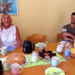 Gute Gespräche und viel Spaß hatten die Wohngruppe und die Brettener Landtagsabgeordnete Andrea Schwarz MdL bei Kaffee und Kuchen.