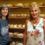 Grüne Gemeinderätin Sonja Günthner (links) und Andrea Schwarz MdL vor den frisch gebackenen Broten in Roger Eschbachs Backstube.