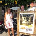 Andrea Schwarz MdL und Bäckereibesitzer Roger Eschbach vor seiner aktuellen Bäckerei-Filiale in Weingarten, Am Marktplatz 4, die er mit einem kleinen Blumenlädchen teilt.