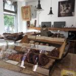 """Nicht nur bei der Backkunst ging Roger Eschbach """"bäck to the roots"""", sondern auch bei der Ausstattung seines Verkaufsraumes: eine alte Kasse, eine alte Waage mit Gewichten und ampen im Stalllampen-Style verleien der Bäckerei einen besonderen Charme."""