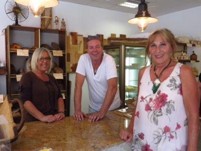 Andrea Schwarz MdL (rechts) mit Roger Eschbach und seiner Schwester. Gemeinsam betreiben die beiden die Oberdorfbäckerei Eschbach in Weingarten, die bereits ihr Großvater gegründet hatte.