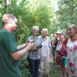 Gemeindeförster Michael Schmitt zeigt Andrea Schwarz MdL (ganz rechts) und der Wandergruppe Nester und Geweihe, die er selbst im Bruchwald im Weingartener Moor gefunden hat.