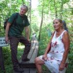 Durch das Moor führt ein schmaler Holzsteg ohne Geländer und bringt die Besucher...