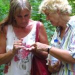 Andrea Schwarz MdL und Christine Geiger, Fraktionssprecherin der grünen Fraktion im Kreistag des Landkreises Karlsruhe bestaunen einen Käfer, der ihnen auf der Führung durchs Weingartener Moor begegnete.