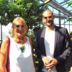 Andrea Schwarz MdL und Danyal Bayaz MdB im Gewächshaus der Terra Medica in Stutensee-Staffort.