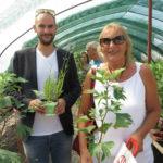 Danyal Bayaz MdB und Andrea Schwarz MdL freuen sich über ihre Lavendel und Ginkopflanze, die sie zum Abschied von der Terra Medica geschenkt bekommen.