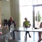 Dr. Gesine Klein (rechts) berichtet in einer Power-Point-Präsentation im neuen Schwabe- / DHU-Besucherzentrum Terra Medica über die Geschichte der DHU/Terra Medica und der Homöopathie.
