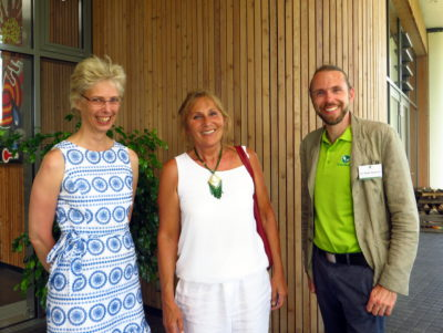 Andrea Schwarz, direkte Landtagsabgeordnete für den Wahlkreis Bretten (mitte) mit Dr. Gesine Klein, zuständig für Wissenschaft und Zulassung, politische Arbeit und europapolitische Stimme der DHU und Dr. Heiko Hentrich, Leiter des Teams Arzneipflanzenkulturen in der DHU vor dem Schwabe-/DHU-Besucherzentrum Terra Medica.