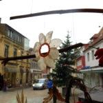 Wie Schneeflocken tanzen die Werke ausgetrockneten Blättern, Zweigen, Nüssen und Beeren im Schaufenster des Wahlkreisbüros von Andrea Schwarz MdL.