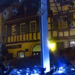 Wunderschön beleuchtet, kann man die Kunstwerke von Martin Rausch auch bei Dunkelheit im Schaufenster des Wahlkreisbüros von Andrea Schwarz MdL bestaunen.