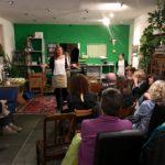 Andrea Schwarz MdL begrüßt die Besucherinnen und Besucher der Ausstellungseröffnung in Ihrem Wahlkreisbüro.