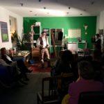 """Der Künstler und Märchenerzähler Martin Rausch erzählte den Besucherinnen und Besuchern der Eröffnung seiner Ausstellung """"Wurzeln und Flügel"""" Geschichten über Frau Holle."""