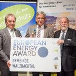 Walzbachtals Bürgermeister Karl-Heinz Burgey (Mitte) mit dem Baden-Württembergischen Umweltminister Franz Untersteller MdL (Bündnis 90/Die Grünen)(links) und Dr. Armand Dütz von der Bundesgeschäftsstelle European Energy Award (rechts).