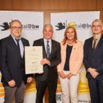 In Anwesenheit der Landtagsabgeordneten Andrea Schwarz übergibt der Baden-Württembergische Innenminister Thomas Strobl den Breitbandförderbescheid an die Heimatgemeinde der Abgeordneten, Oberderdingen.