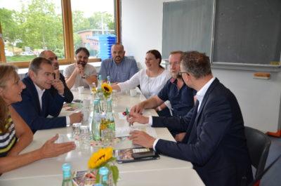 Die Grünen-Landtagsabgeordnete für den Wahlkreis Bretten, Andrea Schwarz MdL (links) und der Fraktionsvorsitzenden der grünen Fraktion im Landtag von Baden-Württemberg, Andreas Schwarz MdL (rechts) erörtert in Oberhausen die Situation der Gemeinschaftsschule.