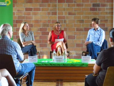 Kampf dem Klimawandel. Darin waren sich (von links nach rechts) die Grünen-Politikerinnen Sylvia Kotting-Uhl MdB, Andrea Schwarz MdL und Dr. Hans Schipper vom Süddeutschen Klimabüro einig. Foto: Laura Paffrath
