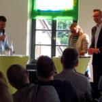Grüne Antworten auf aktuelle Fragen der Zeit: in der ersten Hälfte der Abendveranstaltung stellte Moderator Pascal Haggenmüller Fragen an die beiden Landtagsabgeordneten zu aktuellen Themen wie Klimawandel, Landwirtschaft und Wohnen.